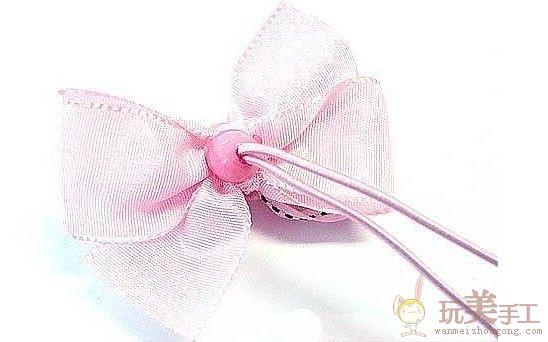 制作这款头花所需要的原材料: 粉色平织彩带(25mm)22cm×2=44cm 粉色印花绣边彩带(25mm)20cm×2=40cm 20mm 五叶花2个 12mm 珠子发绳2个 5mm贡缎收尾彩带4cm×2=8cm 铁丝 胶枪